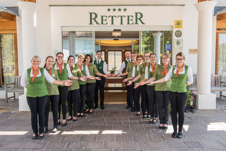 Gruppenfoto Rezeptionsteam vor Eingang Hotel Retter