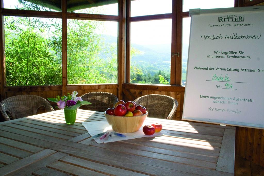 Seminarpavillon von Innen mit Flipchart und Apfelkorb im Biohotel Retter