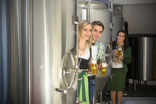 Familie von Toni Bräu mit Bier vor Kessel Ausflugsziel vom Biohotel Retter