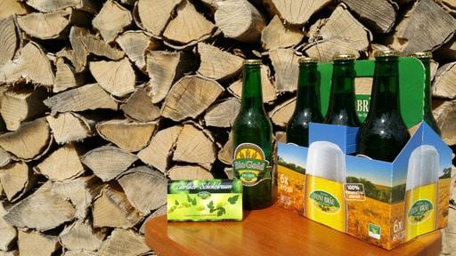 Bierflaschen von Toni Bräu vor Holzstapel Ausflugsziel vom Biohotel Retter